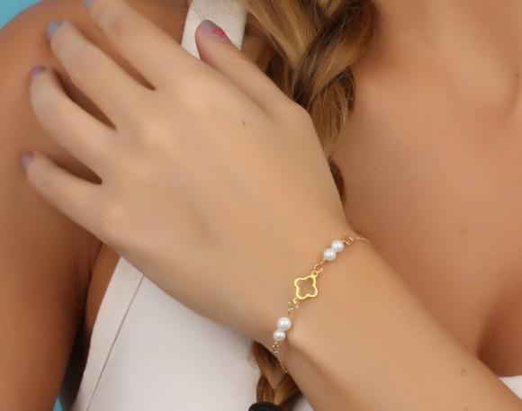 """Gold clover bracelet,Pearl bracelet, four leaf clover bracelet, charm bracelet, bridal bracelet, bridesmaid gift, everyday bracelet, """"Europe"""